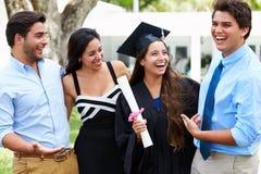 Latinamerikansk studentAnd Family Celebrating avläggande av examen Arkivbild