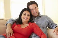 Latinamerikanska par som hemma kopplar av fotografering för bildbyråer