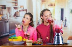 Latinamerikanska unga sunda par som tillsammans tycker om frukosten, delar frukter, dricker smoothien och ler, hem- kök Royaltyfria Bilder