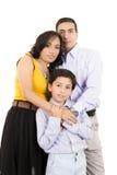 Latinamerikanskt familjslut som rymmer tillsammans Royaltyfri Bild