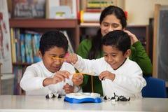 Latinamerikanskt spela för pojkar går fisken Royaltyfria Bilder