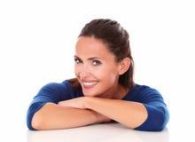 Latino-americano bonito olhando o com os braços cruzados Imagem de Stock