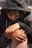 Latino-americano disturbato triste 13 anni dell'adolescente della scuola che posa seduta all'aperto sulla via - vicina su del fro immagine stock libera da diritti