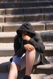 Latino-americano disturbato triste 13 anni dell'adolescente della scuola che posa seduta all'aperto sulla via - vicina su del fro fotografia stock