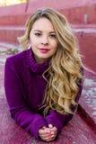 Latino blanco de la muchacha bonita con el pelo rubio largo imagen de archivo libre de regalías