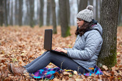 Latino businesswoman with laptop outdoor Stock Photos