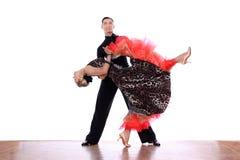 Latino dansers in balzaal tegen witte achtergrond stock foto