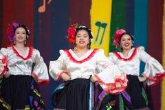Latino dansers bij cincode Mayo viering stock afbeelding
