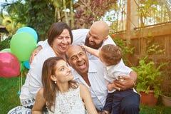 Latino familie heeft pret op tuin Royalty-vrije Stock Fotografie