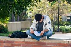 Latino-Hochschulstudent, der auf Campus studiert Lizenzfreies Stockfoto