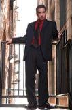 Latino kerel in rode overhemdszwarte Stock Fotografie