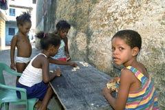 Latino kinderen spelen Domino in krottenwijk, Recife, Brazilië Royalty-vrije Stock Afbeeldingen