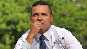 Latino Mannelijke Chirurg Making een Besluit Royalty-vrije Stock Foto's