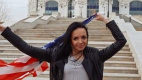 Latino meisje met de vlag van de wavinfv.s. in handen stock footage