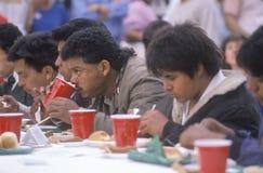 Latino mensen die Kerstmisdiner eten bij dakloze schuilplaats, Los Angeles, Californië royalty-vrije stock afbeeldingen