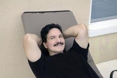 Latino mensenrust op ligstoel in openlucht Royalty-vrije Stock Foto's