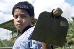 Latino portret, Indisch, jongen met schoffel op schouder Royalty-vrije Stock Afbeelding