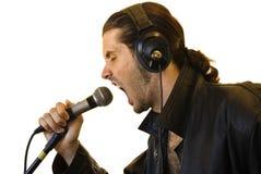 Latino-Rockstar, der in einem Mikrofon schreit Lizenzfreies Stockfoto