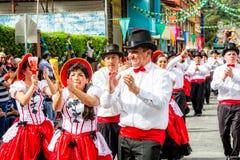 Latino-Tänzer, die an der Straße durchführen stockfoto