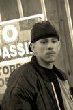 Latino-Teenager in einer Gasse Stockfotografie