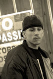 Latino Tiener in een Steeg Stock Fotografie