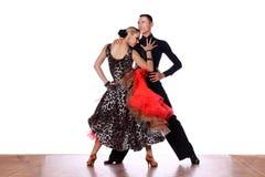 Latinodansare i balsal mot vit bakgrund Arkivfoton