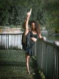 Latinodansaren i ett mörker parkerar Royaltyfri Foto