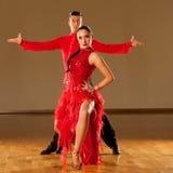 Latinodanspar i handling - dansa den lösa samban Fotografering för Bildbyråer
