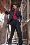 Latinokerl im roten Hemdschwarzen Lizenzfreies Stockfoto