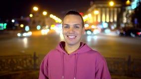 Latinoman, latinamerikansk man som ser kameran och smilling Unga etniska manleenden och flörtar Stående av lyckligt lager videofilmer