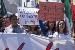 Latinos, die am AntiTrumpfprotest marschieren Lizenzfreie Stockfotos