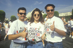 Latinos som främjar världsenhet royaltyfri fotografi