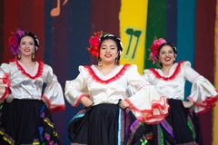 Latinotänzer an Feier cinco Des Mayo stockbild