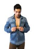 Latinsk för öppningsgrov bomullstvill för ung man skjorta på naken bröstkorg Royaltyfri Fotografi