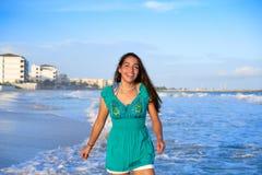 Latinsk härlig flicka i karibisk strandsolnedgång royaltyfri foto