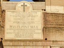 Latinsk inskrift på Colosseo i Rome Royaltyfria Foton