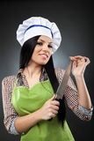 Latinsk kockkvinna med kniven Arkivfoto