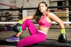 Latinsk kvinnlig boxare i en boxningidrottshall royaltyfri fotografi