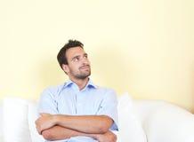Latinsk man som tänker på soffan Arkivfoton