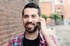 Latinsk man som talar på telefonen Arkivbilder