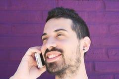 Latinsk man som talar på telefonen Royaltyfria Bilder