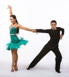 Latinska balsaldansare med den dramatiska gröna klänningen Arkivbilder