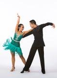 Latinska balsaldansare med den gröna klänningen - armar upp Arkivbild