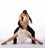 Latinska balsaldansare med den off-whiteaste klänningen - splittring Royaltyfria Foton
