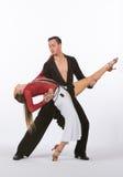 Latinska balsaldansare med den svarta och röda klänningen - ben upp Royaltyfria Bilder