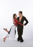 Latinska balsaldansare med den svarta och röda klänningen - luta Fotografering för Bildbyråer