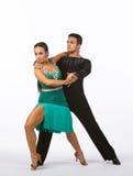 Latinska balsaldansare med grön klänningframgång Fotografering för Bildbyråer