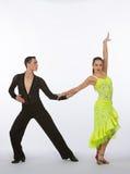 Latinska balsaldansare med neongulingklänningen - lyftt arm Royaltyfria Foton