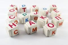 Latinska bokstäver på kuber Arkivbild