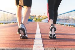 Latinska par som är rinnande eller tillsammans utomhus joggar arkivbild